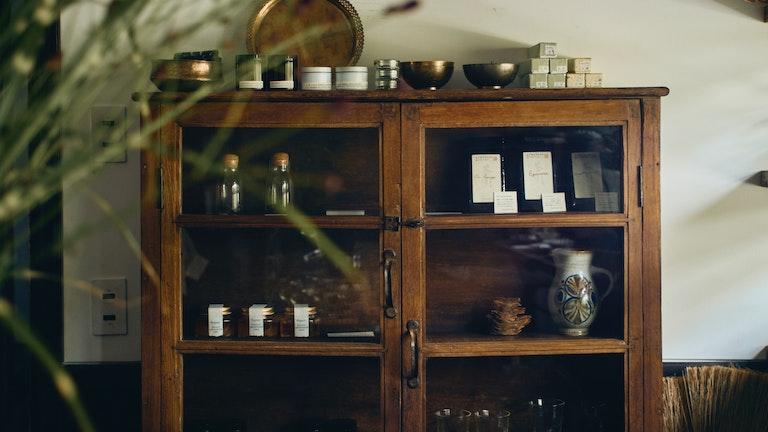 オーガニックのはちみつやフェアトレードのコーヒー、フランスから輸入された専門店のお茶なども並ぶ