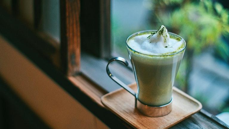 鮮やかなグリーンが美しいオリーブラテ。抹茶の味わいに近く、オリーブの風味がふわりと香る