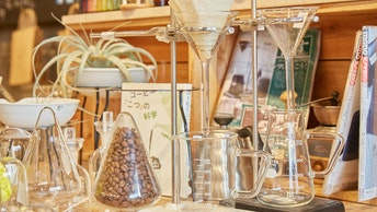 理化学ガラスを利用したコーヒードリップ。実験みたいで面白いですね。豆の保存も可能