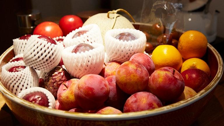 店頭には旬のフルーツが。パッションフルーツの甘酸っぱい香りが鼻先をくすぐる