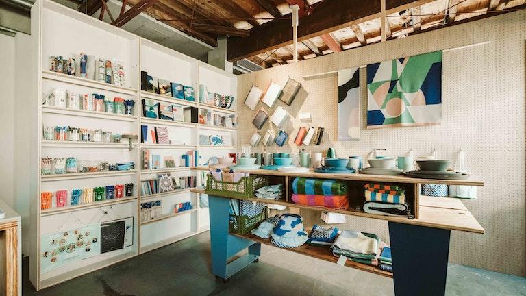 """リノベーションされた店内に残る素材感からは""""これからクリエイティブになっていく街""""に感じた魅力が香る"""