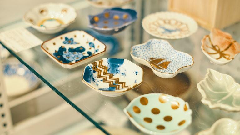 鯛や亀などの伝統的なモチーフの中にポップな遊び心が効いたamabroの豆皿(¥1,300/税抜)