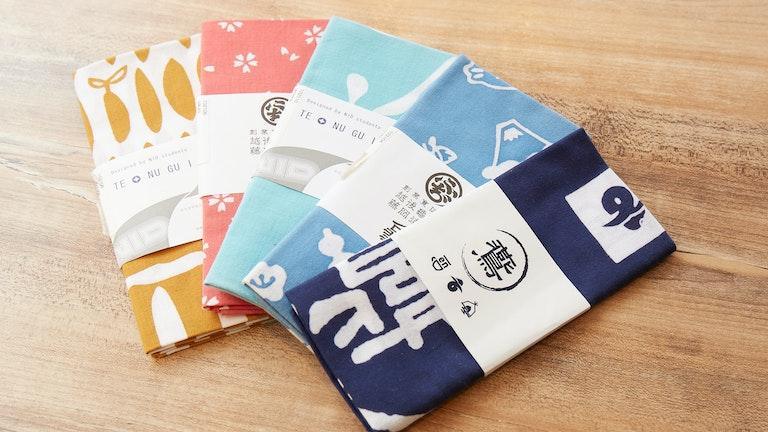 『en』のロゴ全てがあしらわれたオリジナル手拭いは、同郷である新潟の『越後亀紺屋 藤岡染工場』のもの