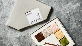 もちもちの食感が人気の〔SUAMA(¥850)〕。ジュエリーボックスの様な外箱も素敵!