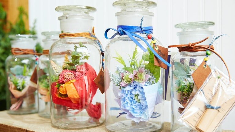 デザイナー手作りのアーティフィシャルフラワーは水やりの必要もなく、ボトルの中でキレイなまま保てるのが嬉しい