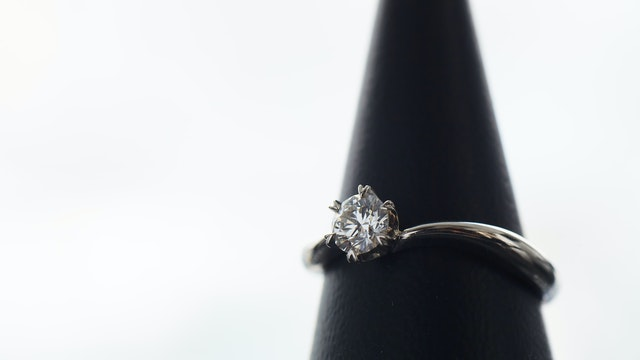 大きな一粒ダイヤの美しい輝きは、贈る人も、贈られる人も、特別な気持ちにさせてくれる