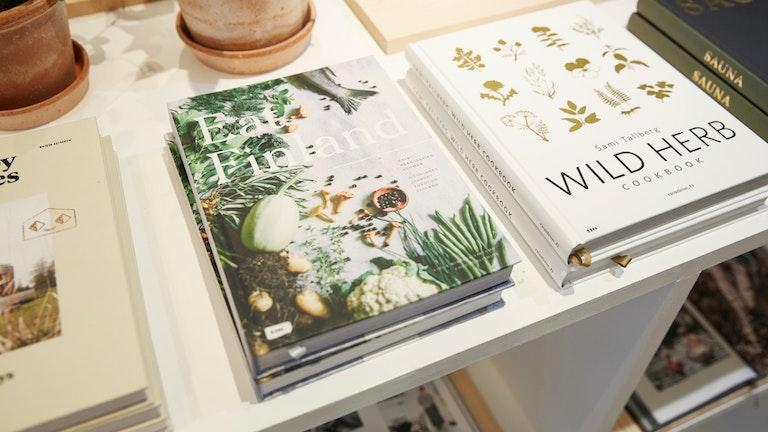 北欧のインテリアやサウナ、フードに関する雑誌も購入できる。文字が読めなくてもめくっているだけで楽しい