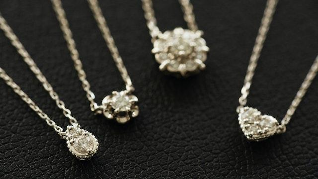 繊細なデザインで、胸元に輝きを演出。初めてのダイヤモンドジュエリーにぴったりな「プティエトワール」