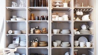 お皿やカップ、グラスのほか、カトラリー類など、テーブルウェアやキッチンアイテムも豊富