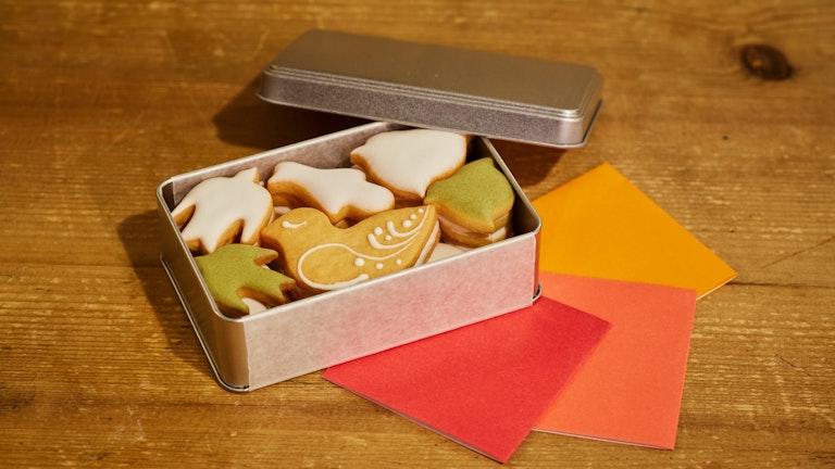 飛び立つ鳥を思わせる〔鳥のかたちクッキー(¥1,500/税抜)〕は、送別会での贈り物としても人気