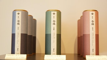 伝統的な和のモチーフと洋のエッセンスが調和した、モダンなデザインの日本茶缶