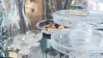 涼やかなガラスの食器や、カラフェ、カトラリー、カップ類などとにかく豊富な品揃え