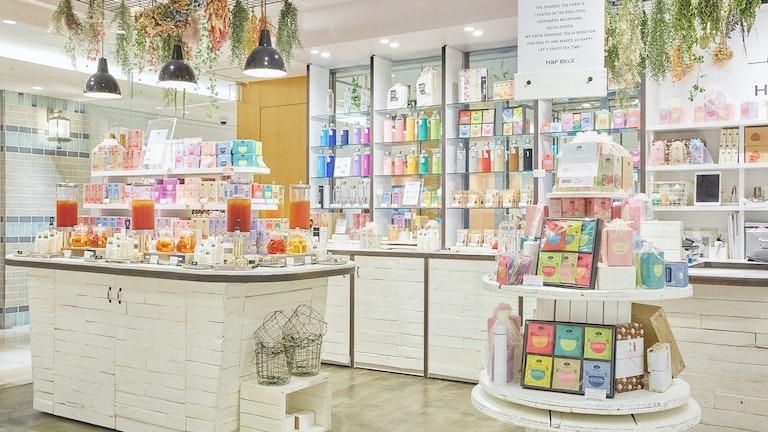 色とりどりのパッケージが並ぶ店内はナチュラルな雰囲気。試飲を楽しみながらゆっくりとお茶を選べる
