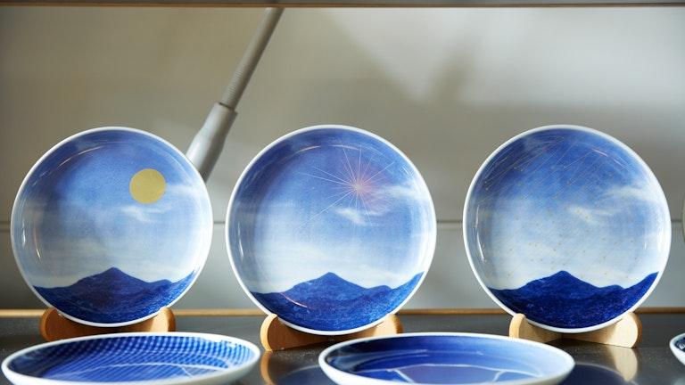 デジタル技術による緻密な表現に目を奪われる、有田の風景を描いた〔Infinity Pictureプレート(各 ¥3,850/税込)〕