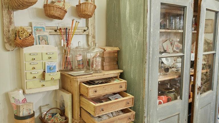 店内の奥には、海外で買い付けたアンティークのボタンや雑貨などが並ぶスペースも