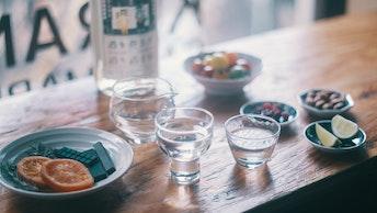 お酒を選んだら、好きなおつまみを並べていざ乾杯!ガラスや陶器など、好きなお猪口を選べます