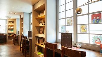 こちらは本棚が並ぶ「図書エリア」。自由に本を閲覧できる