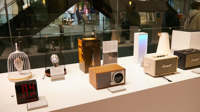 中央はクラシカルな外観ながらBluetoothやWi-Fi接続にも対応したスピーカー、モデルワン デジタルオーディオ(税込 49,680円)