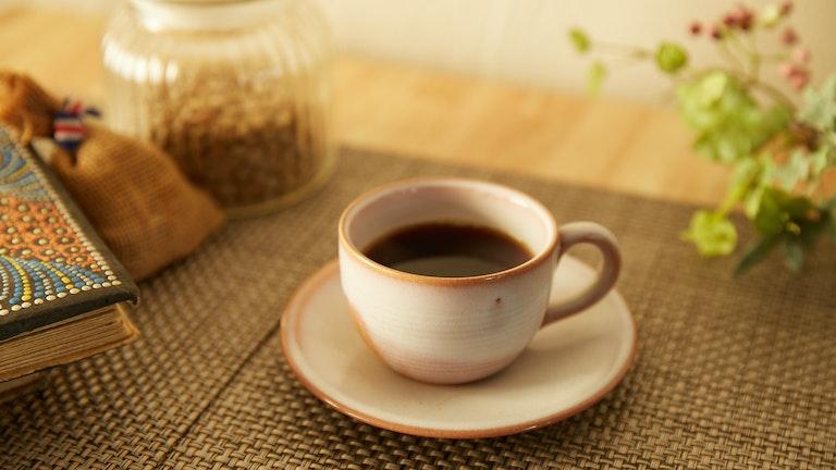 コーヒーチェリーを水で洗わず、果肉を残したまま時間をかけて乾かす「ハニー製法」で、よりフルーティーな味わいに