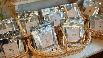 ボックスの中には個包装の紅茶や日本茶、葛湯が。もちろんバラ売りもしています