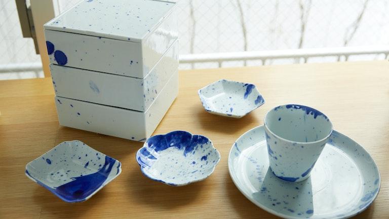 佐藤可士和さんがデザインを手がけた商品も。有田焼特有の藍色が映えるモダンなデザイン