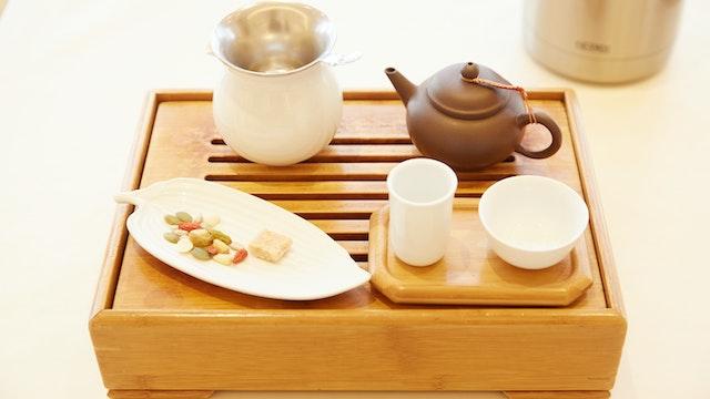 台湾の茶芸館で見るような茶器のセットには、茶壺、茶海、聞香杯、茶杯、そしてお茶請けが
