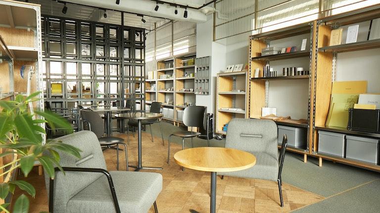 時間を忘れてゆったり過ごせる開放的なカフェスペース