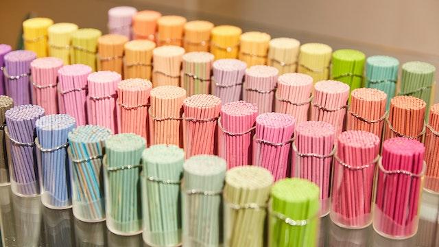 カウンターに並ぶ色とりどりのインセンスをゆっくりと選ぶ時間は、まさにここでしかできない体験!