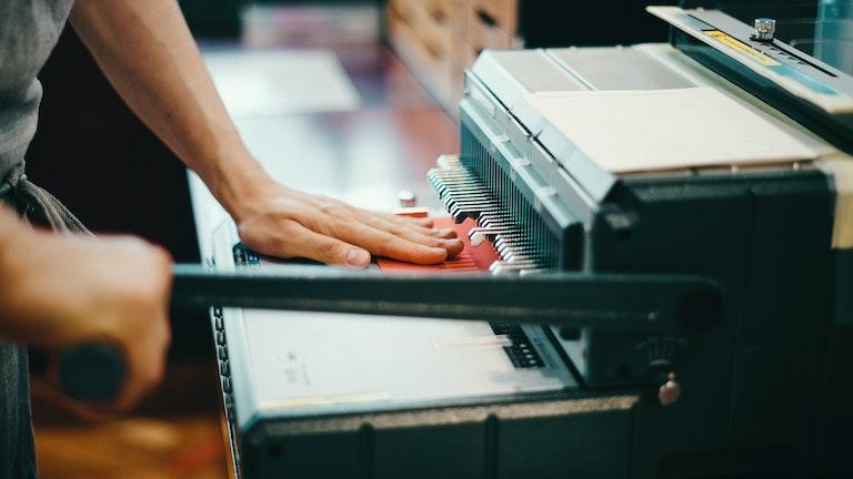 オーダーノートは店内で手作業で作られる。まずは表紙と用紙にリングを通すための穴を開けていく