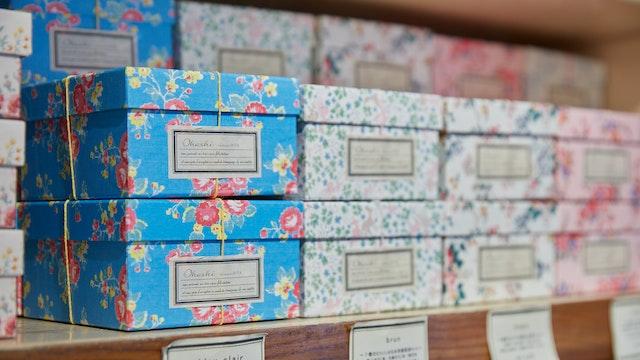 花柄がかわいいギフトボックス。本格派のお茶をしっかり堪能でき、特別な贈り物にもおすすめ