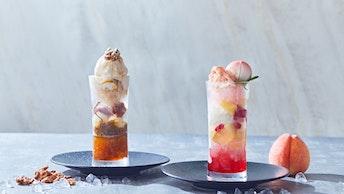 折り重なる層が美しい「黒糖とくるみのかき氷(左)」と「桃と酒粕のかき氷(右)」