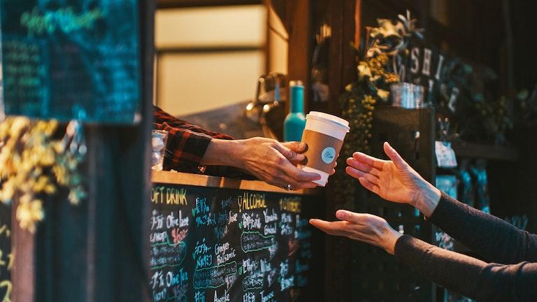 オリーブラテのほか、コーヒーや甘酒、季節限定のホットワインなど、様々ドリンクがテイクアウトOK!
